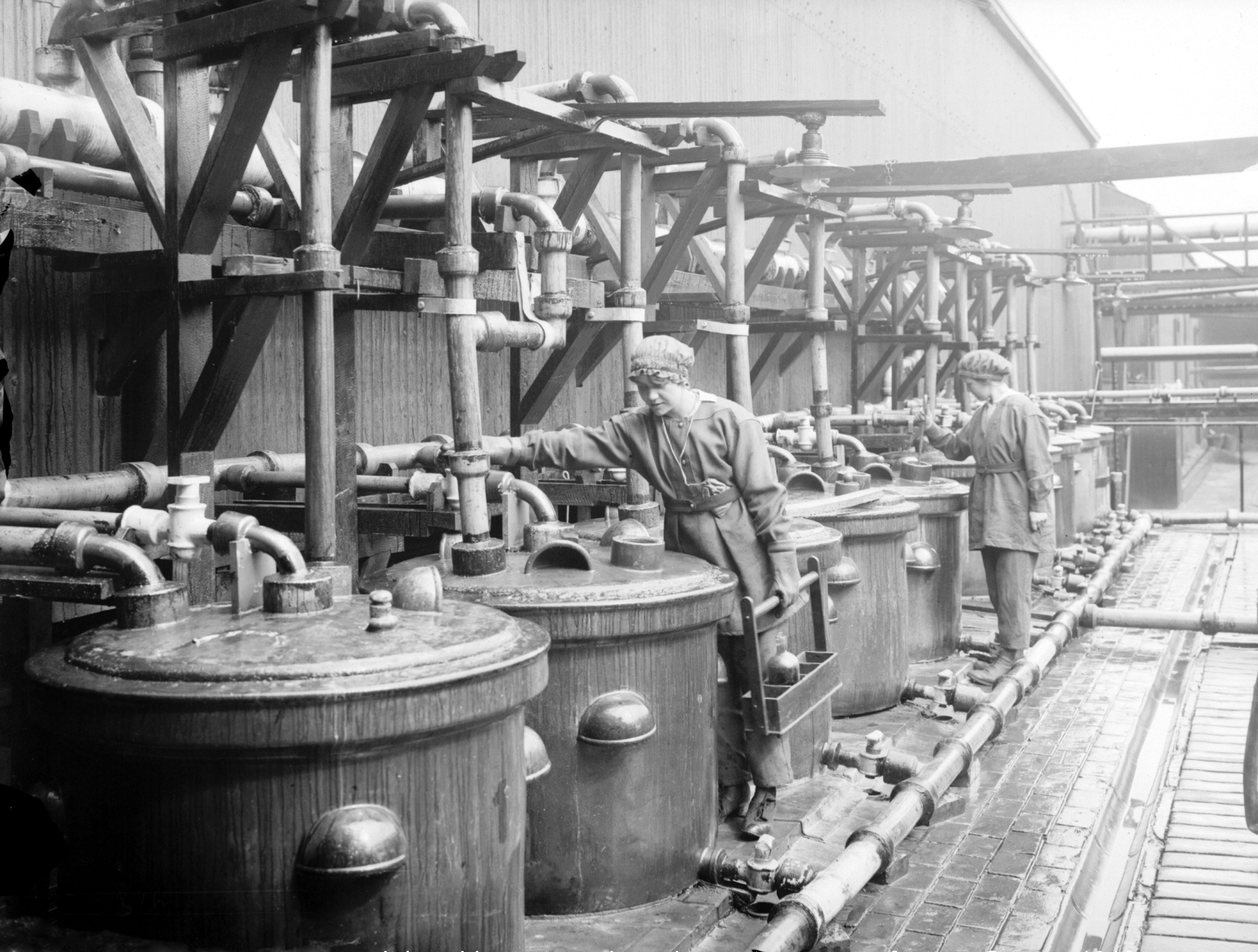 Nitric acid retorts and receivers in operation (12 July 1918), National Records of Scotland (archive reference: GD1/1011/61)