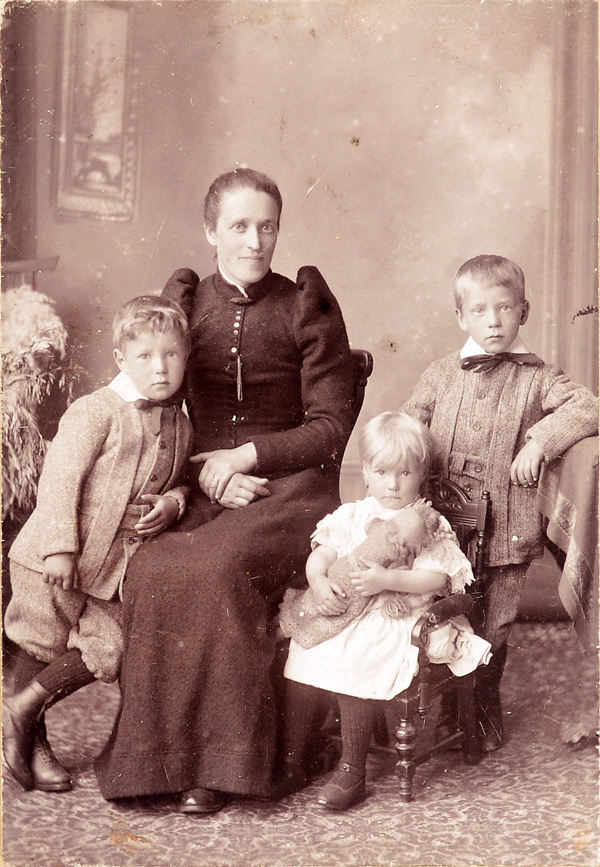 Thomasina Yule with her children Charles, Jane and Peter, 1890s, courtesy of Fiona Gregg-Smith